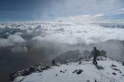 Au loin le cotopaxi pointe son nez au dessus des nuages
