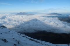 L'ombre du Cotopaxi sur les nuages